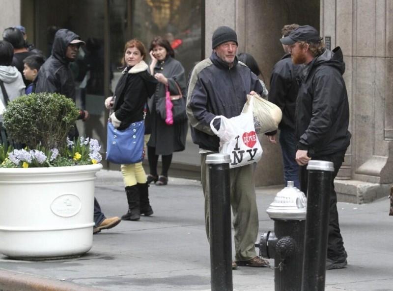 Женщина отдала бездомному кусочек пиццы. Позже, узнав, кто он, она была в шоке.