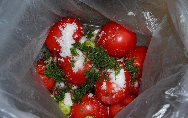 Вкусная, остренькая закуска к вашему столу без хлопот — помидоры в пакетах