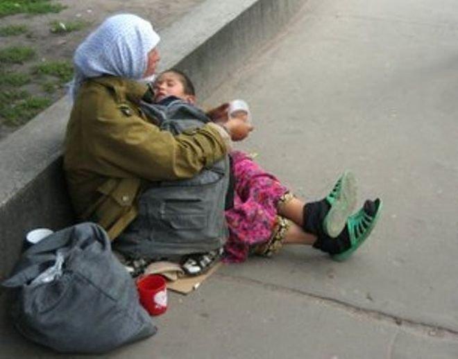 Почему ребенок всегда спит на руках у попрошаек. Вы никогда не задумывались?