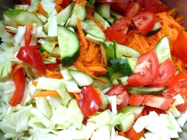Овощной салат «Лето» - его витаминный состав и яркий вкус полностью соответствует названию!