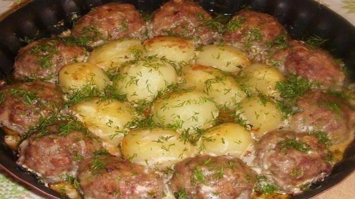 Эти котлетки с картошкой в духовке получаются невероятно сочными благодаря сметано-томатному соусу