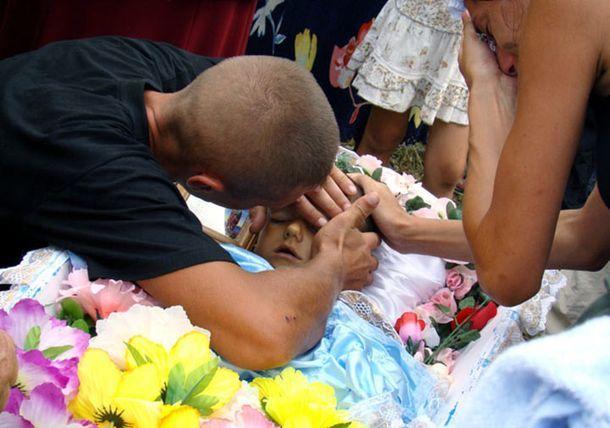Лежа в гробу, признанный умершим ребенок, вдруг попросил попить