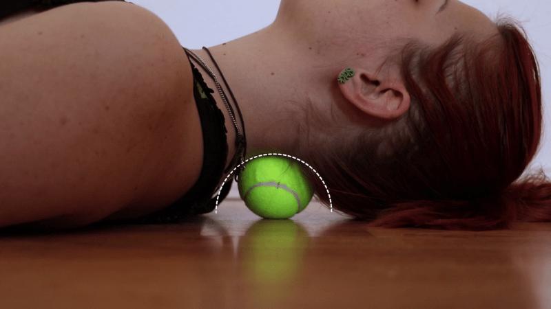 Этот трюк с теннисным мячом избавит от болей в спине, шее, плечах, руках и коленях за 1 минуту!