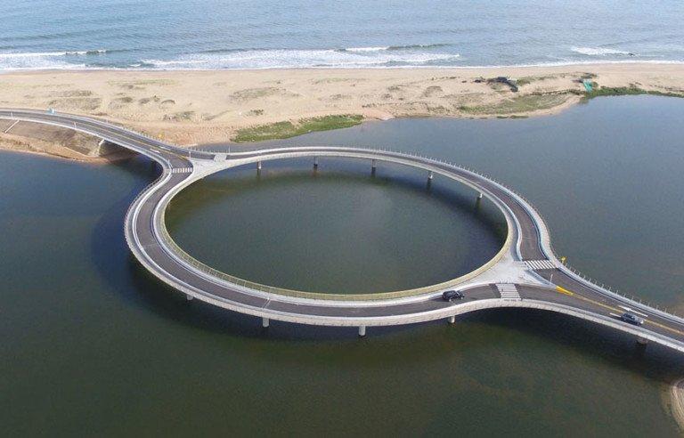Мост можно было построить напрямик, за 5 млн. долларов, но его сделали круглым, за 11 млн. Причина удивительна!
