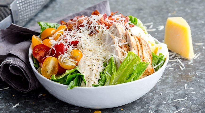 Неподражаемый салат цезарь с курицей и беконом