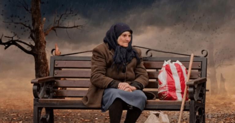 """""""Просила Бога послать 100 рублей на еду…""""Эта бедно одетая бабушка долго выбирала консервы подешевле…"""