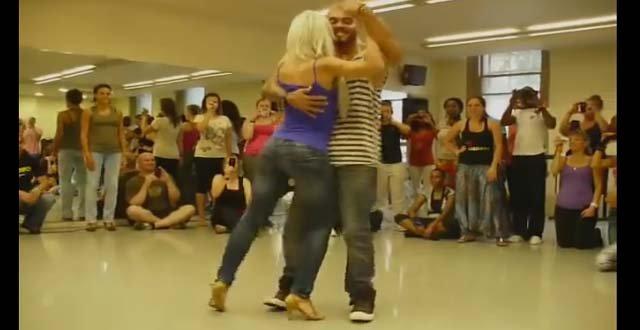 Просто завораживающий танец. А от девушки вообще глаз не оторвать!
