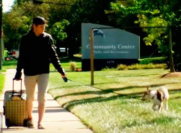 Он увидел собаку на сайте приюта и прилетел к ней за 2500 км. На обратную дорогу денег не было….