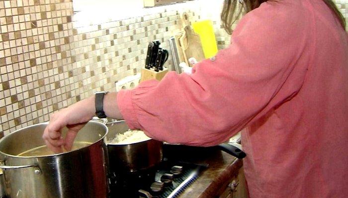 Картинки по запросу После маминого завтрака детей не удалось спасти. Но почти все делают это во время готовки!