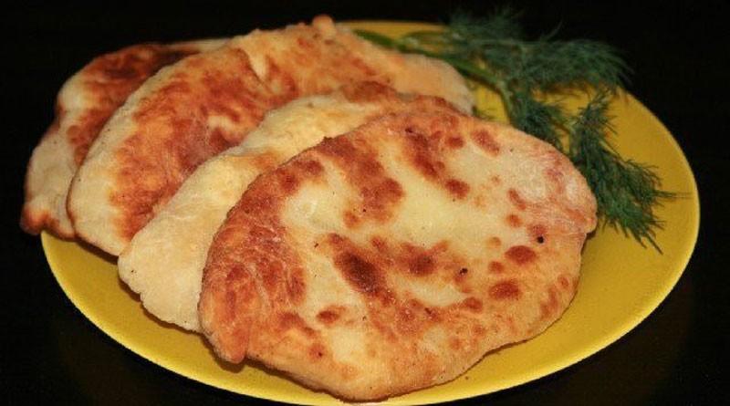 Очень вкусные лепешки-пирожки с картошкой и сыром. Уплетают в обе щеки!