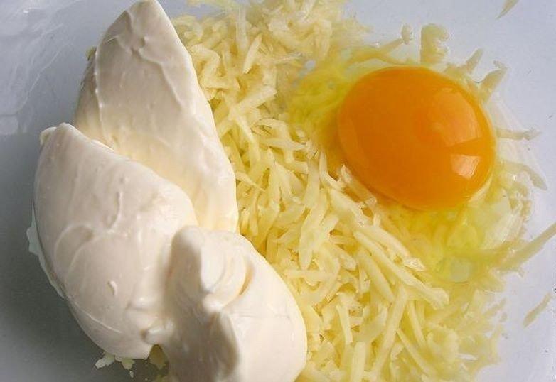 Смешайте натертый картофель с сыром и чесноком и в духовку. Так просто, но безумно вкусно!