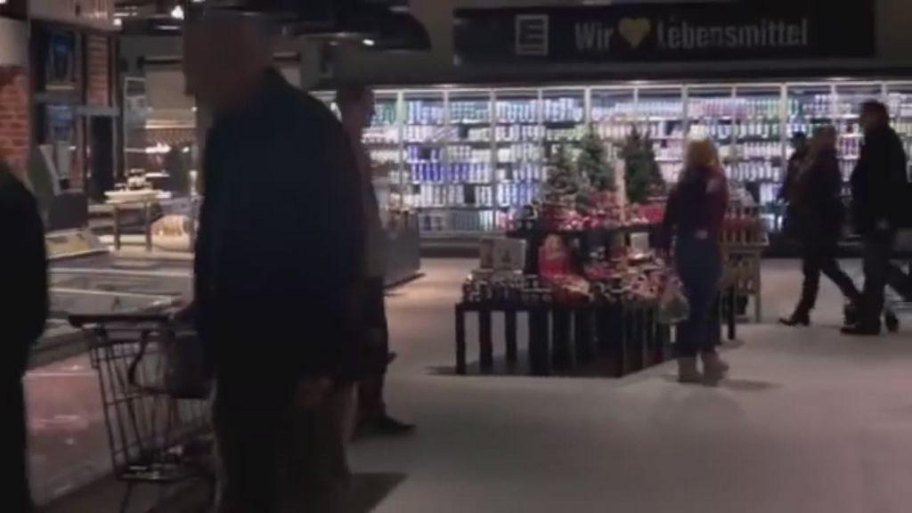 Переполненный в час пик супермаркет. Вдруг гаснет свет и начинается ТАКОЕ….