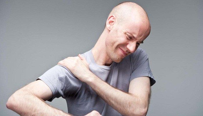 Болит плечо при поднятии руки вверх: что делать?
