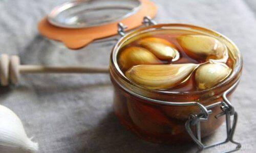 Посмотрите что происходит, когда Вы едите чеснок и мёд на пустой желудок в течение 7-ми дней!