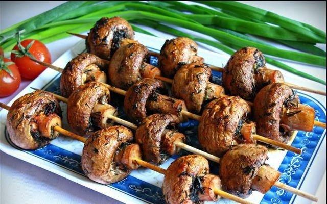 Грибные шашлыки – станут для вас настоящим открытием! Грибочки получаются очень сочные и ароматные.