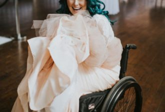 Парализованная невеста удивила всех, сделав у алтаря то, чего от неё совершенно никто не ожидал