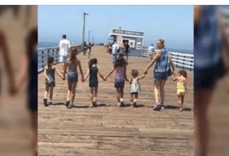 Молодая мама позирует со своими маленькими дочерьми. Но ты не знаешь главного!