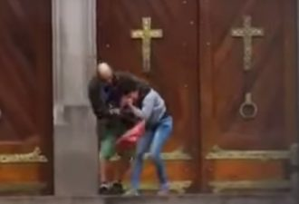 Сотни людей снимали, как этот мужчина стоял на коленях рядом с женщиной в крови. Кошмар!