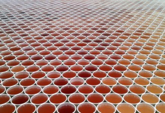 Он поставил 66 000 стаканчиков с водой на пол. Вы потеряете дар речи, когда увидите, что получилось в итоге!