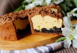 Красивый и вкусный карамельный сырник с черносливом