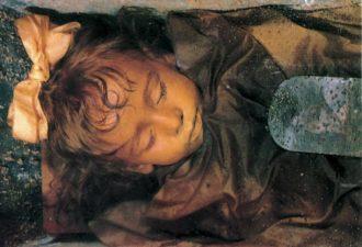 Эта девочка умерла 100 лет назад, но по-прежнему выглядит как живая!