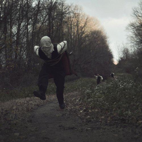 Мужчина с сонным параличом воссоздает свои ночные кошмары в фотографиях. Невероятно!