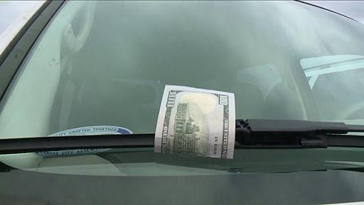 Если Вы заметили банкноту на лобовом стекле своего автомобиля – звоните в полицию!