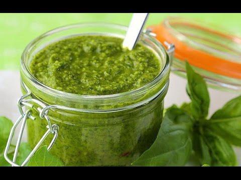 Потрясающе простой, но при этом вкусный и ароматный соус из петрушки, яблок и чеснока