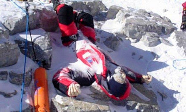 Гора смерти: шокирующие фото погибших на Эвересте