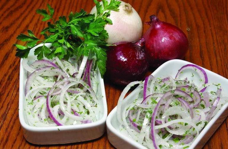 Самый быстрый маринованный лук для вкуснейших салатов и не только!