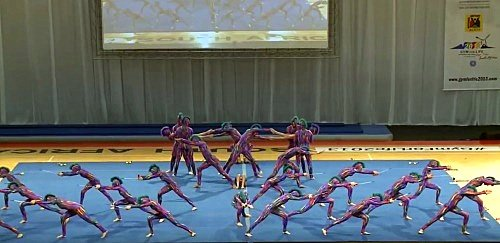 Вокруг мата стоит 31 гимнаст, секундой позже зрители сделают Выдох!