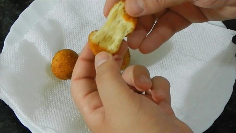 Вкуснейшие сырные пончики! Вам понравится эта простая закуска!