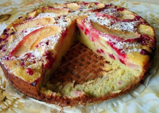 Быстрая яблочная шарлотка с ягодами - ещё в детстве мама научила, пеку до сих пор!