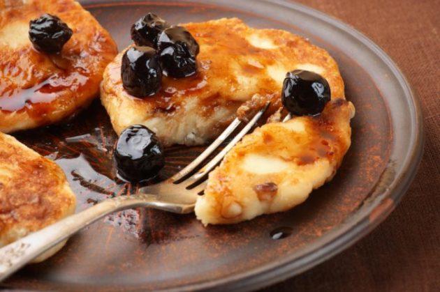 Быстрый и очень вкусный рецепт сырников с изюмом. Их вкус не забыть с детства!