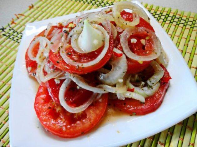 Подсказали кумовья очень простую закуску из помидоров с луком к шашлыку. Это бомба!