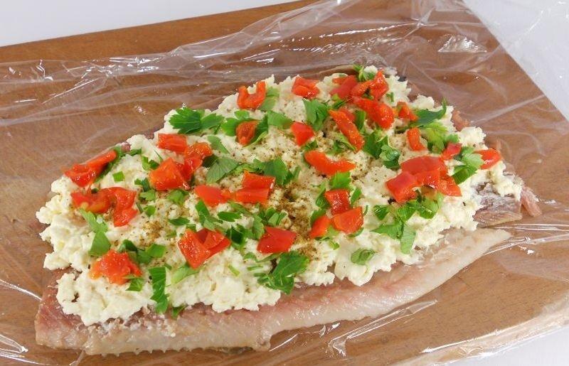 Заверните сельдь с сыром и перцем в пленку. Через час будете наслаждаться деликатесом!