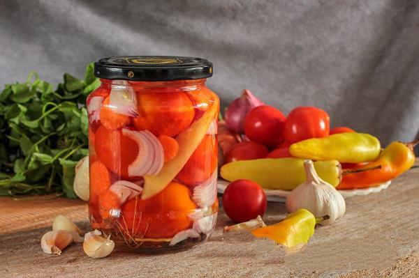 Консервированные помидоры с перцем и морковью по любимому рецепту