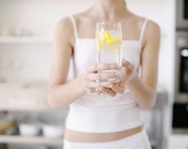 Подруга спросила - зачем я пью теплую воду с лимоном по утрам. Я объяснила - теперь она пьёт тоже
