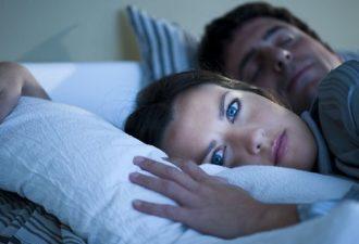 Пробуждения ночью – это сигналы, которые нельзя игнорировать! Прочтите, почему это происходит!