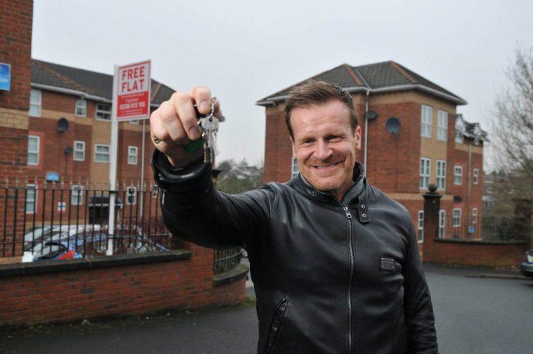 Испытай судьбу! Миллионер подарит квартиру тому, кто попросит о жилье.