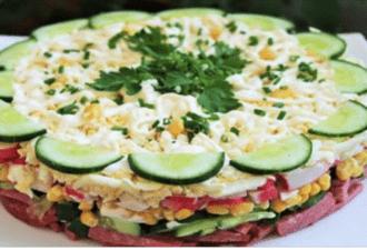 Слоеный салат готовится очень и очень просто, а вкус — отменный: к тому же выглядит ярко и аппетитно