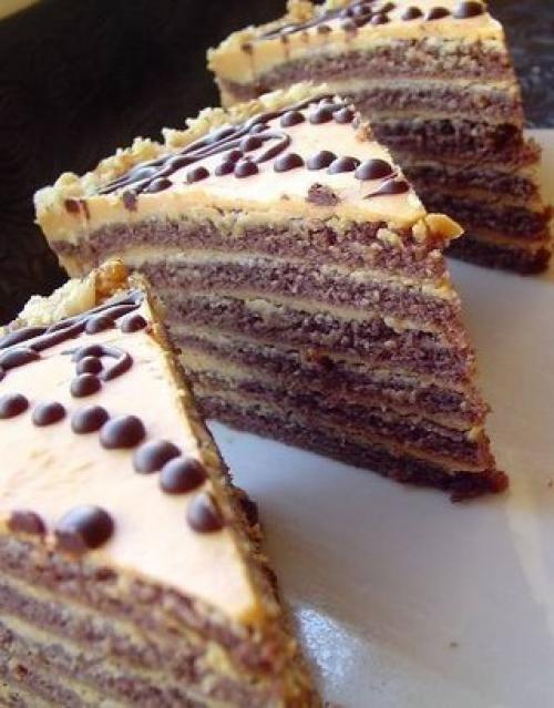 Шоколадный торт со сгущёнкой. Рука сама тянется за очередным кусочком.