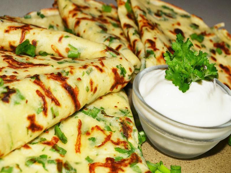Оригинальные блинчики с зеленью и сыром всегда расходятся на ура!