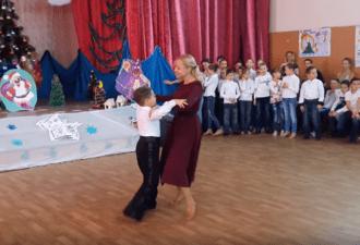 Маленький сын и мама танцуют вальс! Удивительное выступление на детском утреннике. Браво! Смотрим…