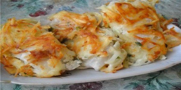 Вкусный праздничный рецепт жареной рыбы под тертой картошкой — настоящее ресторанное блюдо! Это действительно божественно вкусно и красиво! Поверить сложно, что из простых ингредиентов получается настоящая кулинарная бомба!