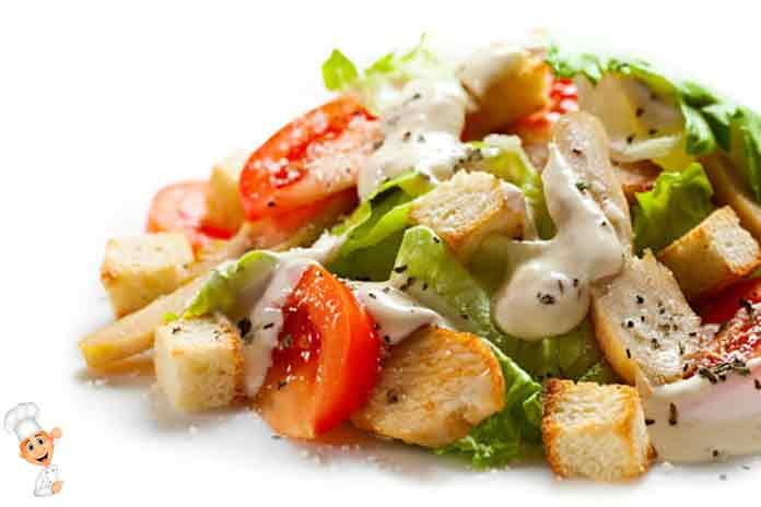 Цезарь салат с креветками и сухариками