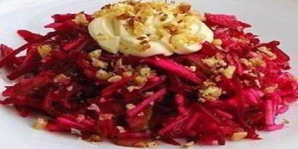 Очень вкусный салатик — «Пиковая дама» Свёклу для салата следует брать насыщенного бордового цвета. Салат можно заправлять и майонезом, и оливковым маслом.